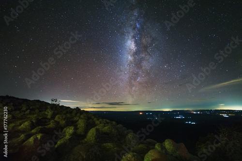 Fototapeta Droga Mleczna z gwoździem kamienia jest nazwa punktu widzenia Lan Hin Pum w Phu Hin Rong Kla National Park w Phitsanulok, Tajlandia