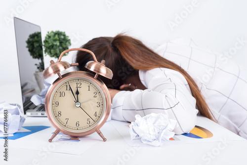 Fotomagnes Zapracowany i zmęczony bizneswoman śpi nad laptopem w biurku przy pracą w jej biurze