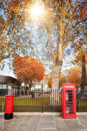 Fotografie, Obraz  London im Herbst: klassisch rote Telefonzelle und Briefkasten