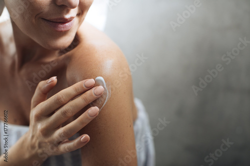 Fotografía  Woman Applying Moisturising Creme on Her Body