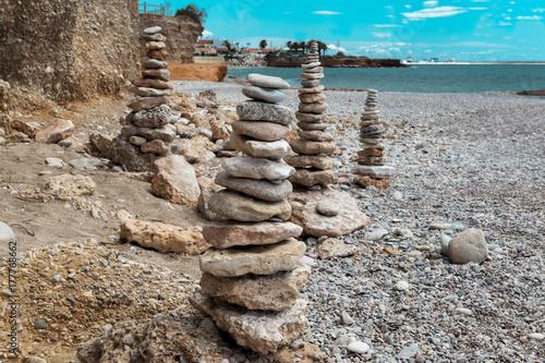 Plakat Kamienny stos na plaży. Kamienny wierza zbliżenie.