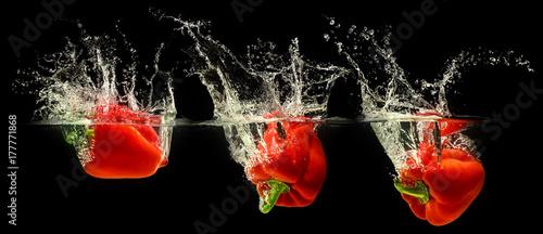 Fotografía  Red bell pepper falling in water