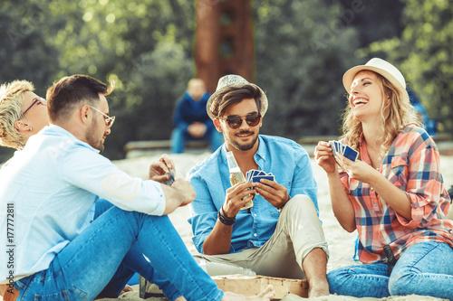 Fototapeta Grupa przyjaciele Ma zabawę na plaży