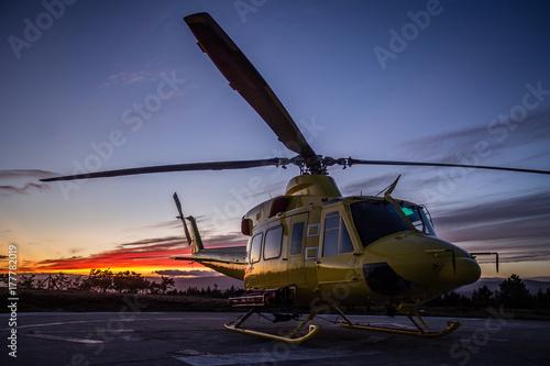 Carta da parati A helicopter in a sunset