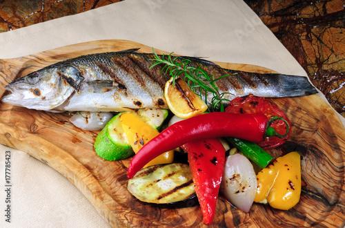Plakat pieczona ryba z grilla z warzywami