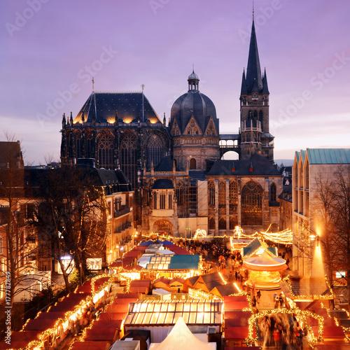 Photo Weihnachtsmarkt in Aachen mit Aachener Dom