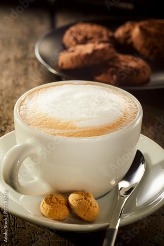 swiezo-warzaca-filizanka-cukierniana-latte-kawa