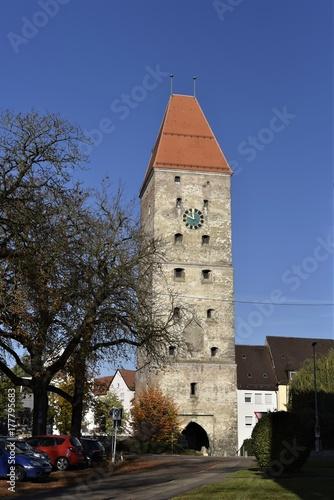 Fototapeta ulm, wieża, brama miejska, budynek, architektura, historia, stare, historyczne, średniowiecze, turystyka, podróże, drzewo, gałąź, jesień, niebo, niebieski, miasto, europa, niemiecki, zegar, dach, czerwony, listowie, fortyfikacja,