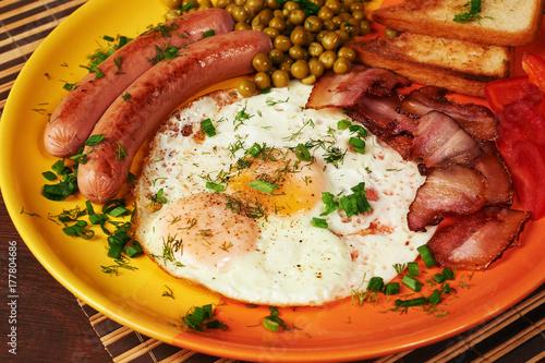 Plakat Śniadanie - jajko sadzone, pomidory i boczek.