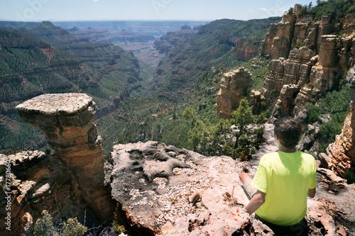 Zdjęcie XXL Nastolatek siedzi na skraju skały i wygląda na odległość .. North Rim Grand Canyon National Park Arizona, USA