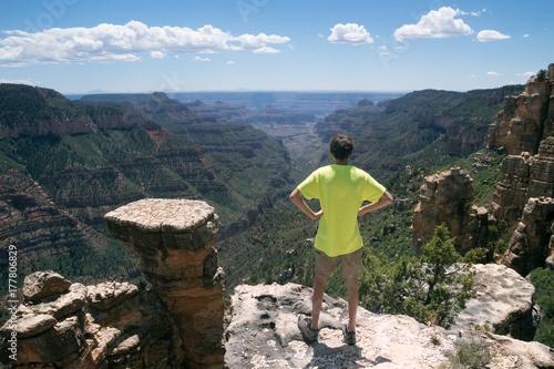 Zdjęcie XXL Nastolatek stoi na skraju skały i patrzy w dal. North Rim Park Narodowy Wielkiego Kanionu Arizona, USA