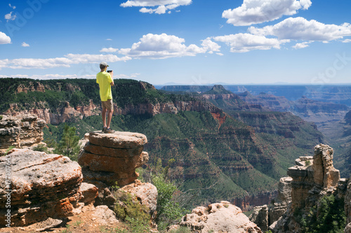 Zdjęcie XXL Nastolatek stoi na skraju urwiska i robi zdjęcia w krajobrazie telefonu. Arizona National Park, USA