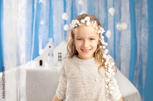Fototapeta Dziewczyna w stroju wróżki zima. Nowy rok, uroczystości Bożego Narodzenia i koncepcja maskarady