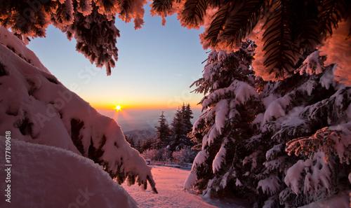 Foto op Plexiglas Ochtendgloren Sonnenaufgang am Berg