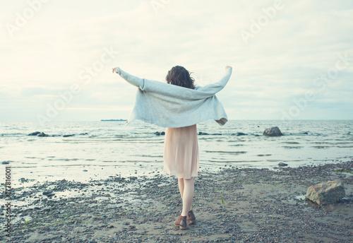 Zdjęcie XXL Piękny młodej kobiety odprowadzenie na Błękitnym morza i nieba tle Outdoors