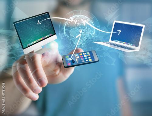 Plakat Komputer i urządzenia wyświetlane na futurystycznym interfejsie z siecią interantionalną - koncepcja multimedialna i technologiczna