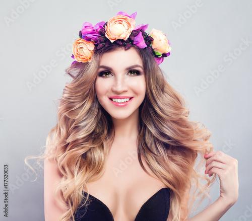 Plakat Śliczna Wzorcowa kobieta jest ubranym kwiatu wianek. Blondie Girl ze zdrową skórą, falowane włosy i makijaż