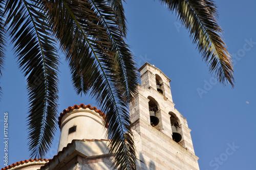 Plakat Widoki dzwonów przez liście palm na Cerkwi Świętej Trójcy