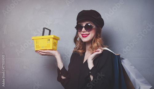 Zdjęcie XXL Styl rude dziewczyny w kapeluszu z torby na zakupy i kosz