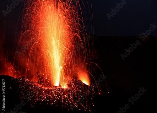 Fototapeta erupcja wulkanu z wentylacji ciemnym tle