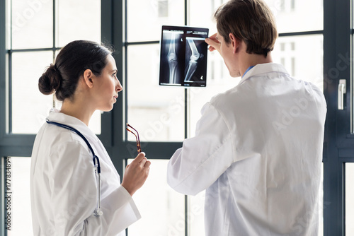 Fotografía Experienced male orthopedist helping his female colleague with the interpretatio