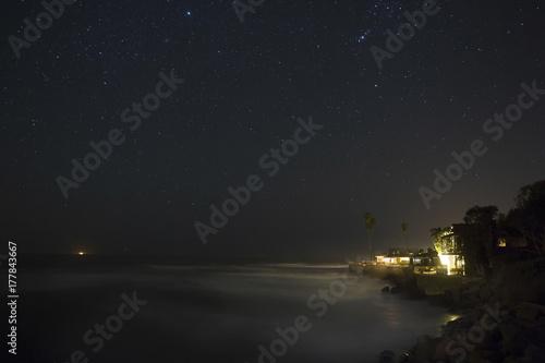 Plakat Dom na plaży w nocy