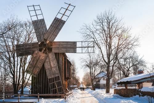 Zdjęcie XXL Tradycyjny wiatraczek na śnieżystej ulicie przy na otwartym powietrzu wioski muzeum w Bucharest, Rumunia.