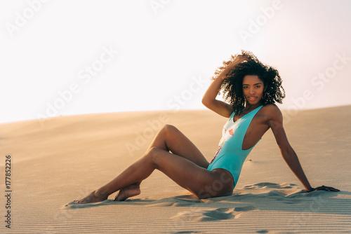 Zdjęcie XXL Piękna młoda kobieta pozuje na piasku w pustynnych diunach