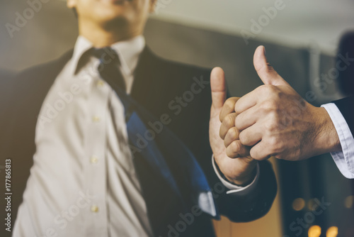 Fotografía  Businessman was given a thumbs-up and compliments from his boss who successfully worked