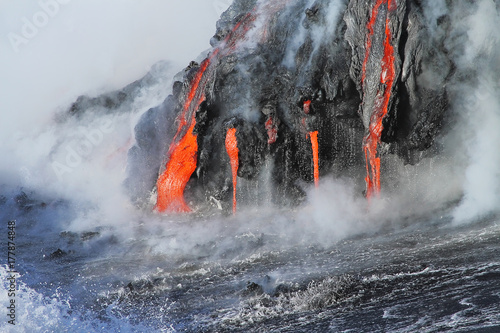 Spoed Foto op Canvas Vulkaan Lava flows from the Kilauea volcano