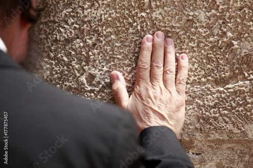 Plakat Ludzie modlący się przy ścianie płaczu w Jerozolimie starego miasta