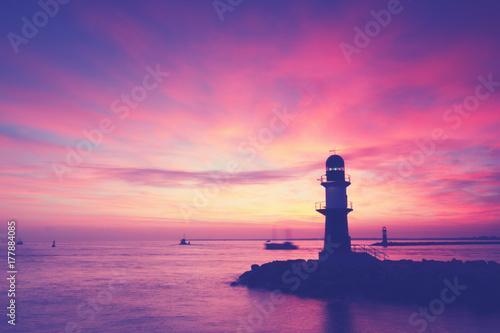 In de dag Candy roze Leuchtturm an der Küste von Warnemünde, Hafeneinfahrt