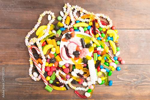 Zdjęcie XXL Koło wielu cukierków na brązowy drewniany stół