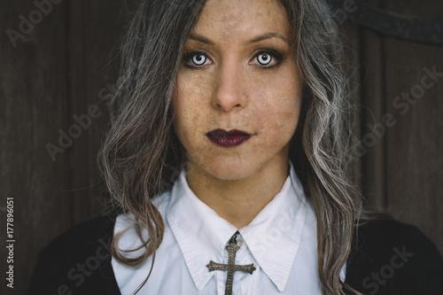 Plakat Zombie kobieta patrząc na kamery z creepy oczy