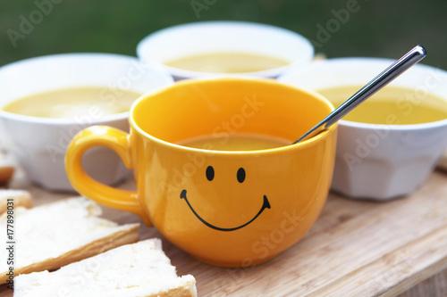 bol de soupe souriant