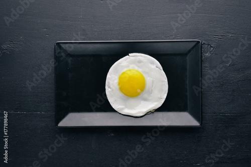 Plakat Smażony omlet. Na drewnianym tle. Widok z góry. Wolne miejsce na Twój tekst.