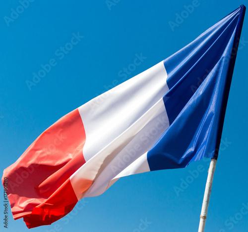 Plakat Flaga Francji przeciw błękitne niebo
