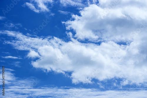 Plakat Niebieskie niebo z obłocznym natury tłem
