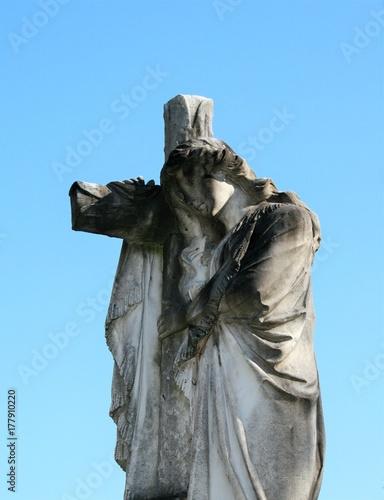 Zdjęcie XXL posąg kobiety i krzyża