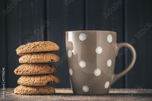 Plakat Stos ciasteczek owsianych na ciemnym drewnie