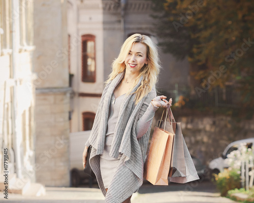 Fotografía  Young stylish woman walking on the city street