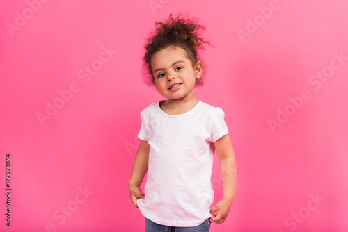 Photo  African american kid standing in shirt