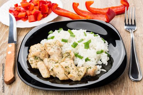Plakat Ryż, smażone mięso z kurczaka, słodka papryka, nóż i widelec
