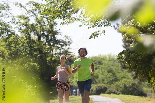 Plakat Zdrowy, sprawny i sprawny para działa w parku