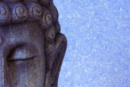 Plakat Fotografia Buddha postać z błękitnym tłem
