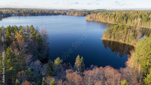 Zdjęcie XXL widok z lotu ptaka na jezioro, las i chaty