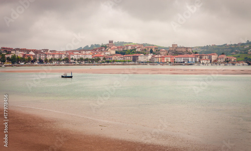 Fotomural Fishing boats in the village of San Vicente de la Barquera in Cantabria, norther