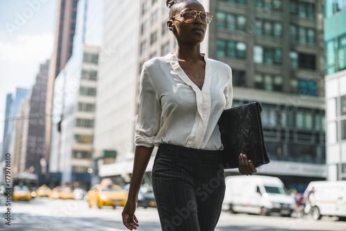 Foto op Plexiglas New York TAXI Black businesswoman walking in Manhattan - New York City