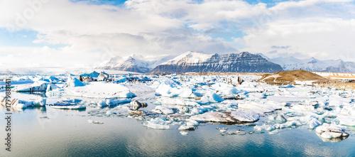 Plakat Lodowiec jokulsarlon z pływające góry lodowej i góry w tle