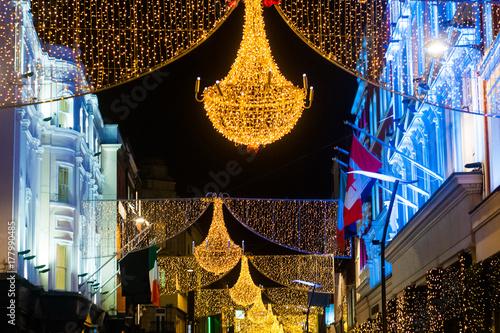 """Zdjęcie XXL Grafton street w Dublinie, Boże Narodzenie światła. Napis """"Nollaig Shona Duit"""" to """"Happy Christmas"""" w języku irlandzkim."""